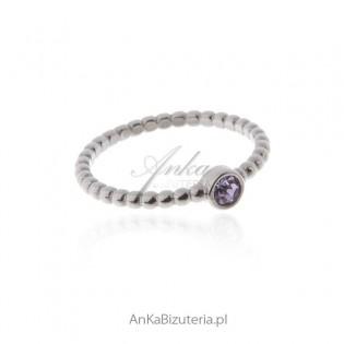 Pierścionek srebrny z fioletową cyrkonią