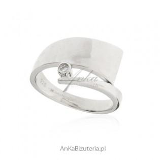Piękny pierścionek srebrny z cyrkonią Dall Aqua