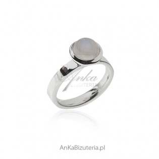 Pierścionek srebrny z pięknym kamieniem księżycowym