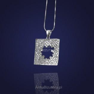 Biżuteria Klasyczna: Śliczny wisiorek-mieniący się listek w kwadracie.