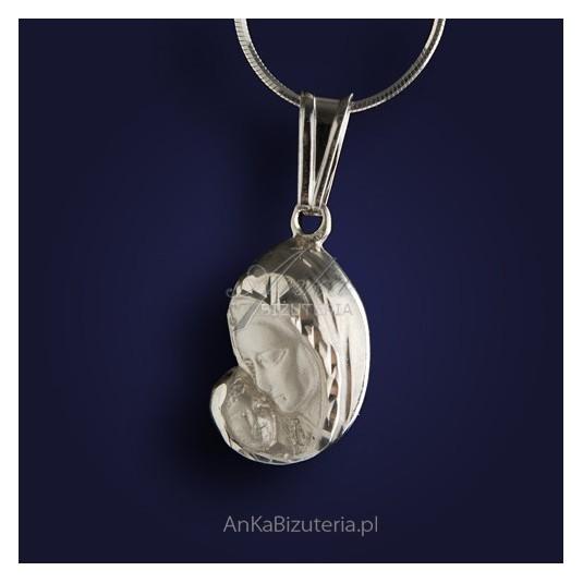 Srebrny medalik z wizerunkiem Matki Boskiej z Dzieciątkiem.