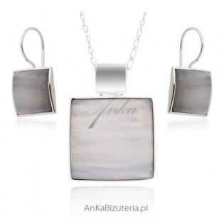 Klasyczna biżuteria srebrna. Komplet biżuterii z jasnym kamieniem