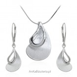 A set of silver jewelry, satin and rhodium-plated