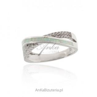 Pierścionek srebrny z białym opalem