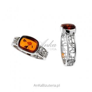 Pierścionek srebrny z bursztynem z ażurową obrączką