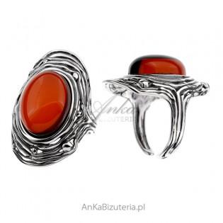 Srebrny pierścionek z bursztynem w kolorze wiśni