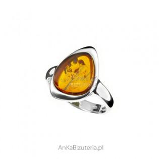 Srebrny pierścionek z bursztynem w kolorze koniak