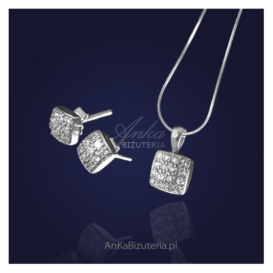 Srebrny komplet biżuterii kolczyki i z zawieszką z cyrkoniami.
