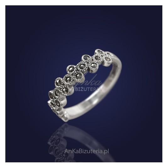 Biżuteria srebrna: Delikatna obrączka z markazytami.