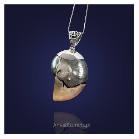 Biżuteria srebrna: Wisior srebrny z jasną muszlą.