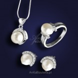 A beautiful silver jewelry set with pearls. GOOD PRICE!