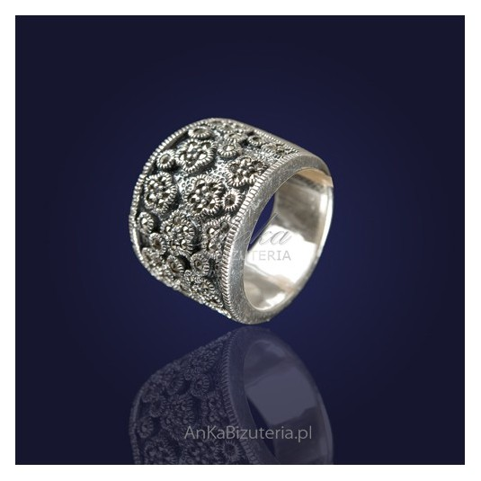 Biżuteria srebrna przecudny srebrny  pierścionek z markazytami.