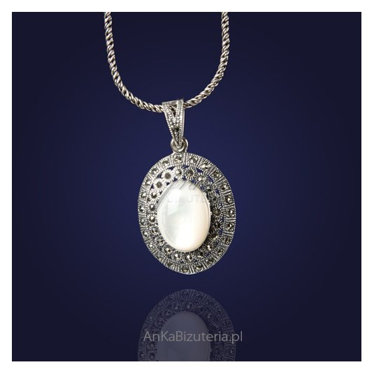 Barokowy srebrny wisiorek z markazytami i perłą.