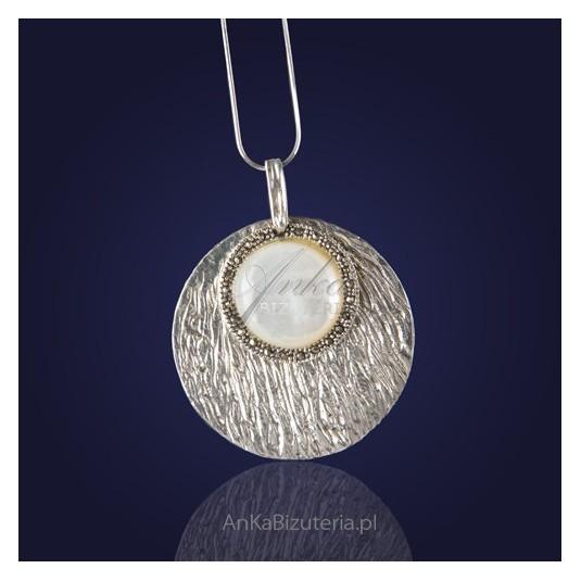Srebrna-Biżuteria-Modny wisior z markazytami i masą perłową.