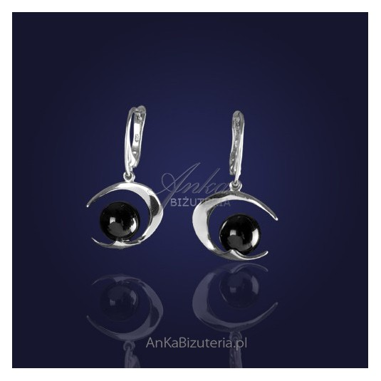 Biżuteria srebrna: Kolczyki srebrne rodowane z onyksem.