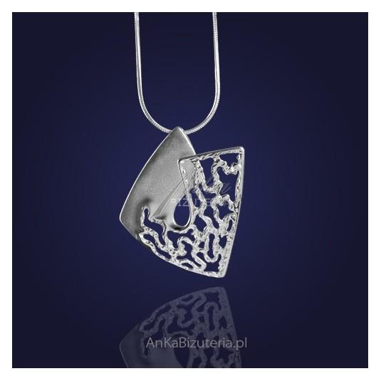 Biżuteria: Kobiecy, elegancki srebrny wisior.