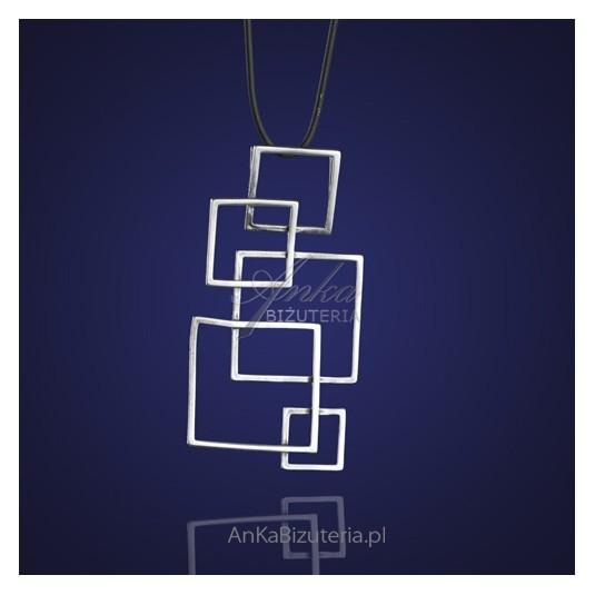 Geometryczny wzór srebrnego wisiorka - dla nietuzinkowych kobiet.
