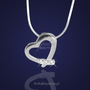 Biżuteria srebrna: Wisiorek w kształcie serduszka z cyrkoniami .