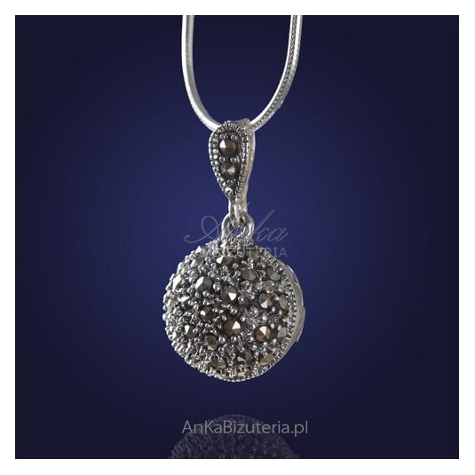 Wisiorek srebrny z pięknymi markazytami - z wdziękiem uwodzi kobiety, które doceniają piękno.