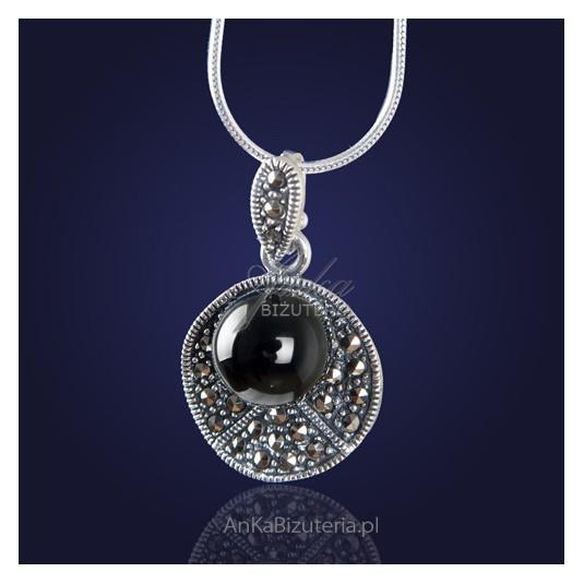Biżuteria: Casualowy srebrny  wisior z onyksem i markazytami.