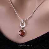 """Pendant with natural amber on a 45cm """"Vanessa"""" chain."""