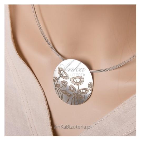 Naszyjnik srebrny z kwiatkami - stylowy, nowoczesny.