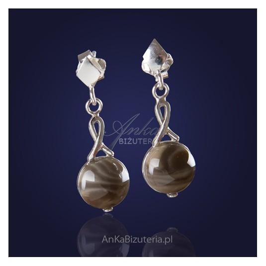 Małe, skromne kolczyki srebrne z krzemienia pasiastego