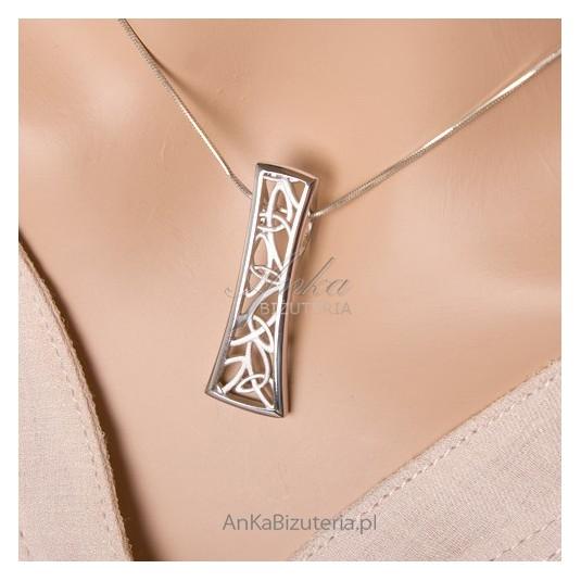 Piękny komplecik srebrny rodowany i piaskowany - srebrny, ażurowy.