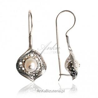 Catherine -kolczyki srebrne oksydowane z perłą