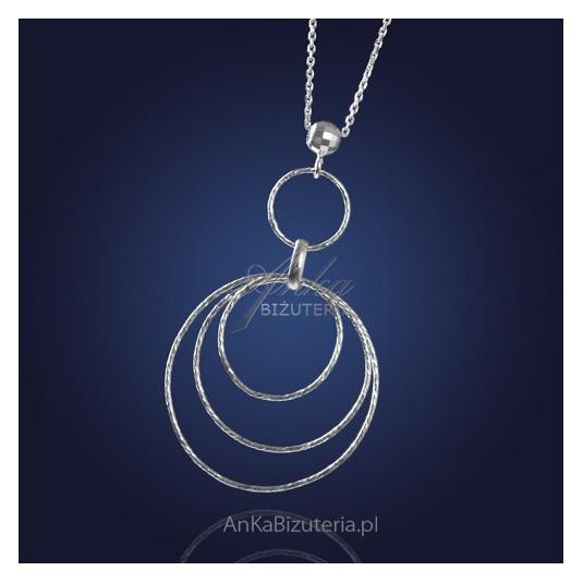 Ukoronowanie nowoczesności i klasyki w biżuterii z rodowanego srebra - Naszyjnik srebrne koła.